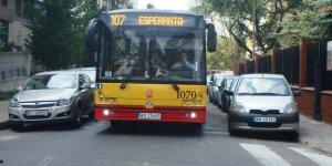 Przeciskanie się autobusu - przez zaparkowane samochody na ul. Kierbedzia.