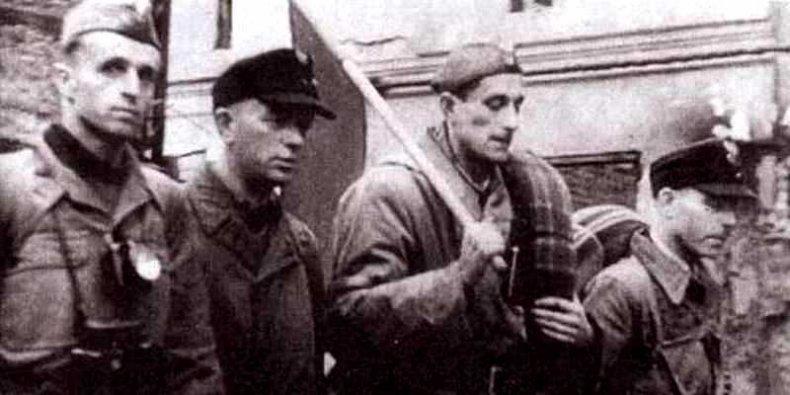 Powstańcy z Mokotowa - z polską flagą idzie Stanisław Chowańczak