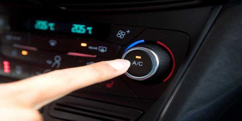 Włącznik klimatyzacji czyli z ang. Air Conditioning (A/C)