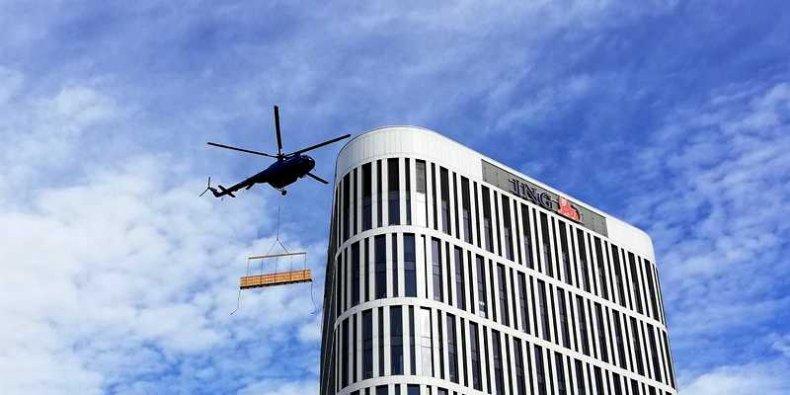 Śmigłowiec MI-8T nad budynkiem Plac Unii