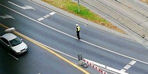 Policjant na skrzyżowaniu ulic Waryńskiego i Puławskiej