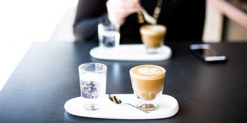 Stoliczek z kawą