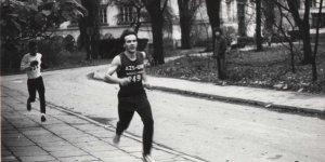 Robert Gawkowski w biegu Mila Uniwersytecka. Corocznie organizowany bieg na terenie głównego kampusu UW. Lata '90.