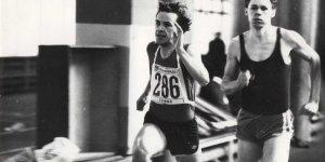 Robert Gawkowski (z lewej) zwycięża w biegu na 400 m. Halowe Akademickie Mistrzostwa Warszawy w lekkoatletyce. Rok 1988.