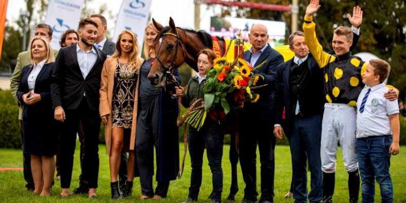 Wielka Warszawska - zwycięska klacz Pride of Nelson w otoczeniu właścicieli i sportowców