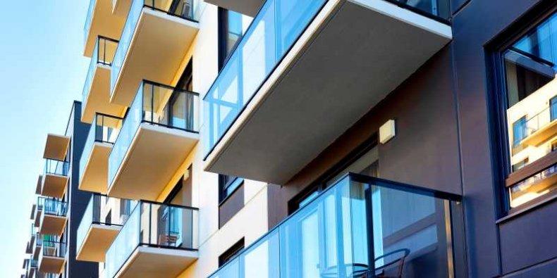 Fragment bloku mieszkaniowego z balkonami