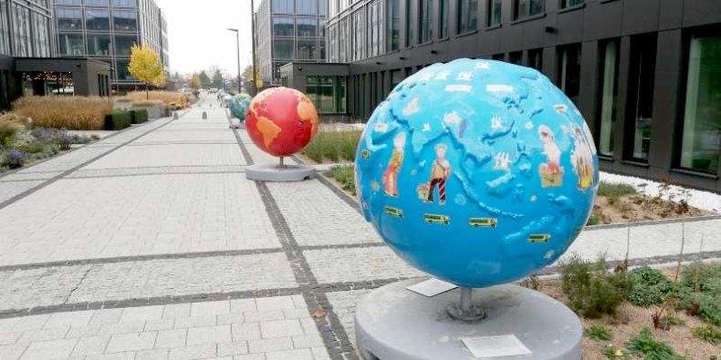 Aleja globusów przy ul. Krakowiaków