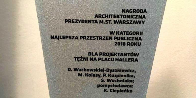 Fragment statuetki Nagrody Architektonicznej Prezydenta Warszawy