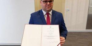 Marcin Gortat, burmistrz miasta Czerwińsk nad Wisłą prezentuje Akt nadania statusu miasta Czerwińsk nad Wisłą