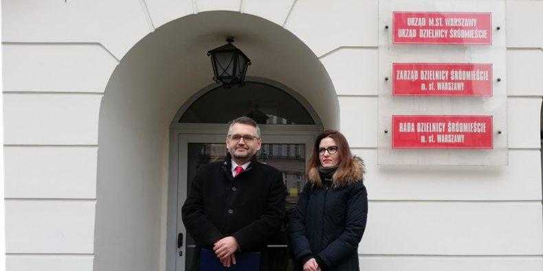 Krzysztof Czubaszek i Aleksandra Więch-Barchan przed urzędem dzielnicy Śródmieście