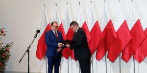 Przekazanie Aktu nadania statusu miasta Czerwińsk nad Wisłą - wręcza wiceminister MSWiA Maciej Wąsik (z prawej), odbiera burmistrz Czerwińska nad Wisłą Marcin Gortat.