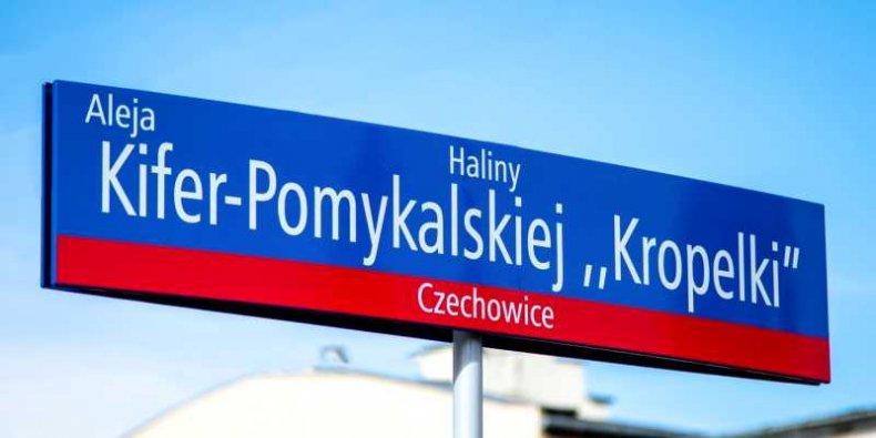 Ursus - tablica z nazwą ulicy Haliny Kifer-Pomykalskiej ps. Kropelka
