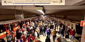 Stacja Metro Politechnika w Warszawie - stan sprzed epidemii. Foto Adrian Grycuk