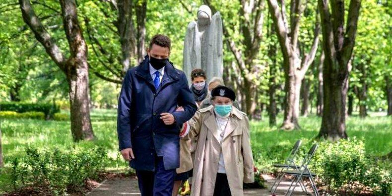 Wanda Traczyk Stawska - Powstaniec Warszawski i Rafał Trzaskowski - Prezydent Warszawy, przy pomniku Matki w Parku Powstańców Warszawy