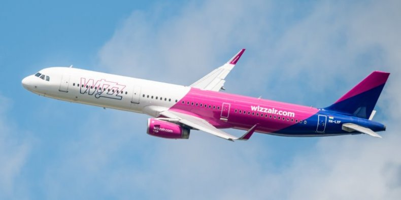 Samolot linii WizzAir nad lotniskiem Chopina Marcin Banaszkiewicz