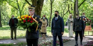 Rafał Trzaskowski, Prezydent Warszawy, przy pomniku Matki w Parku Powstańców Warszawy składa kwiaty pod pomnikiem Matki