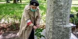 Wanda Traczyk Stawska - Powstaniec Warszawski przy pomniku Matki w Parku Powstańców Warszawy
