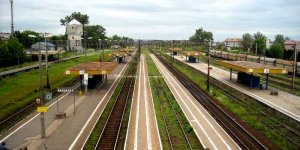 Stacja kolejowa Tłuszcz. Widok na perony. Po lewej widoczna wieża ciśnień.. foto Damian Kisielewski