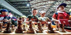 Młodzi warszawiacy grają w szachy