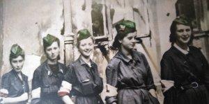 """Kobiety 44 - fragment okładki. Sanitariuszki 3. kompanii batalionu """"BełtSanitariuszki 3. kompanii batalionu """"Bełt"""". Stoją od lewej: Barbara Przygodzka """"Żabka"""", Alina Kłopotowska """"Pantera"""", Izabela Sztos-Zachwatowicz """"Ryś"""", Halina Przybylska """"Misia"""",Wiera Dudzińska """"Angora"""" (ze zbiorów Muzeum Powstania Warszawskiego). Stoją od lewej: Barbara Przygodzka """"Żabka"""", Alina Kłopotowska """"Pantera"""", Izabela Sztos-Zachwatowicz """"Ryś"""", Halina Przybylska """"Misia"""",Wiera Dudzińska """"Angora"""" (ze zbiorów Muzeum Powstania Warszawskiego)."""