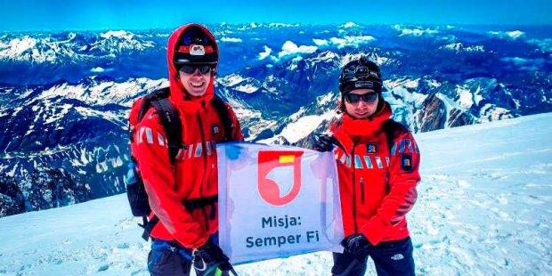 Strażacy na szczycie Mont Blanc z flagą Fundacji Dorastaj z Nami