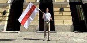 Prof. Marcin Pałys Rektor UW z flagą Białorusi na znak solidarności