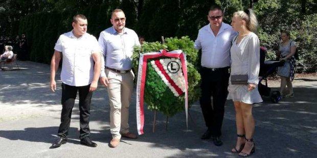 Delegacja kibiców Legii na Cmentarzu Powstańców Warszawy