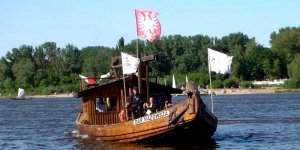 Dar Mazowsza - drewniana szkuta, której armatorem jest Muzeum Sportu i Turystyki w Warszawie, a budowę sfinansował samorząd województwa mazowieckiego.