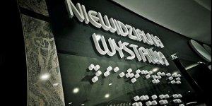 Niewidzialna Wystawa - ściana na terenie wystawy. Tr kropki to powtórzony napis alfabetem Braille'a `
