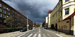 Ulica Nowolipie przy Żelaznej, po prawej Szpital Specjalistyczny św. Zofii fot. Adrian Grycuk
