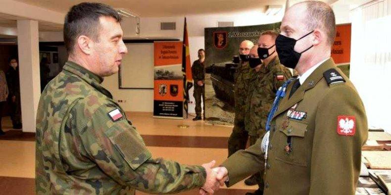 Generał Jarosław Górowski wita pułkownika Lenarta Skrzypczyka - jjako swego nowego zastępcę, tuż przed promocją na stopień pułkownika.