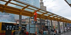 Pracownik ekipy porządkowej myje stalowo-szklaną konstrukcję wiaty nad przystankiem autobusowym przy Dworcu Centralnym Fot. Zarząd Oczyszczania Miasta