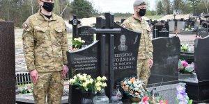 Warta honorowa przy grobie mjr. Krzysztofa Woźniaka