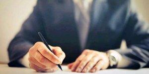 osoba podpisująca dokument -- fot. Andrea Picquadio (pexels)