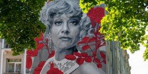 Mural pamięci Krystyny Sienkiewicz na Bielanach przy ulicy Żeromskiego