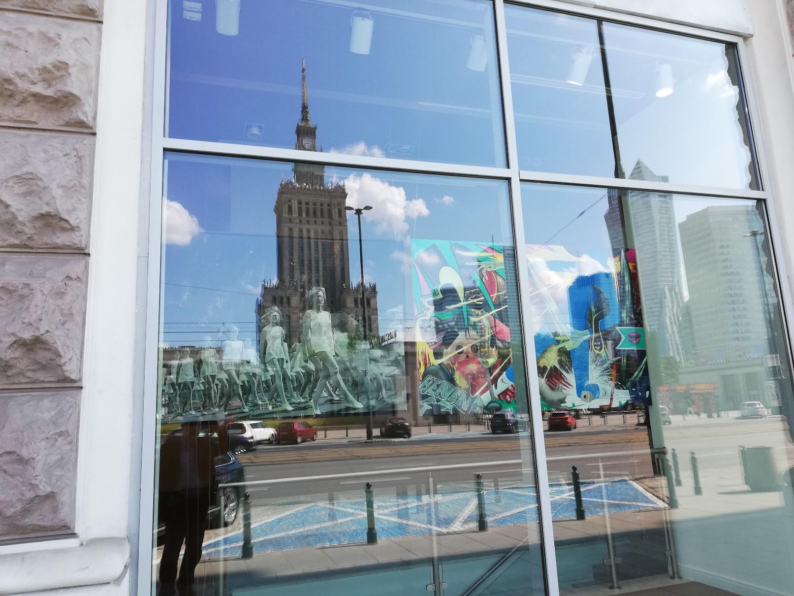 Odbicie w witrynie wystawy What I Want - Kolekcja Nocny Art Patrol w Muzeum im. Bolesława Biegasa