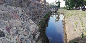 Ruiny zamku i fosa