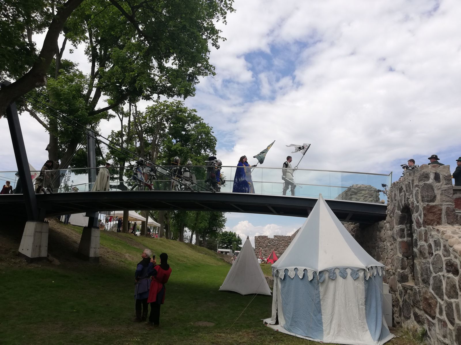 Rycerze na moście prowadzącym do zamku
