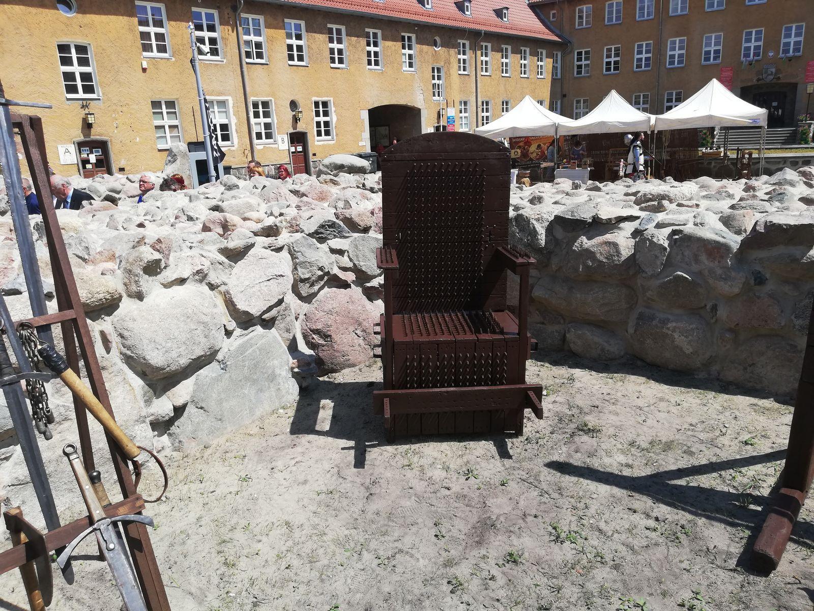 Tron inkwizytorski wśród zrewitalizowanych ruin zamku