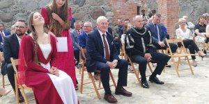 Uroczystość wśród ruin zamku - Marszałek Warmii i Mazur z Burmistrzem Szczytna
