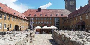 Widok z ruin zamku na urząd miasta Szczytno
