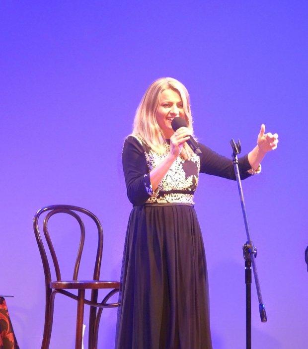 Olga Avigail podczas koncertu