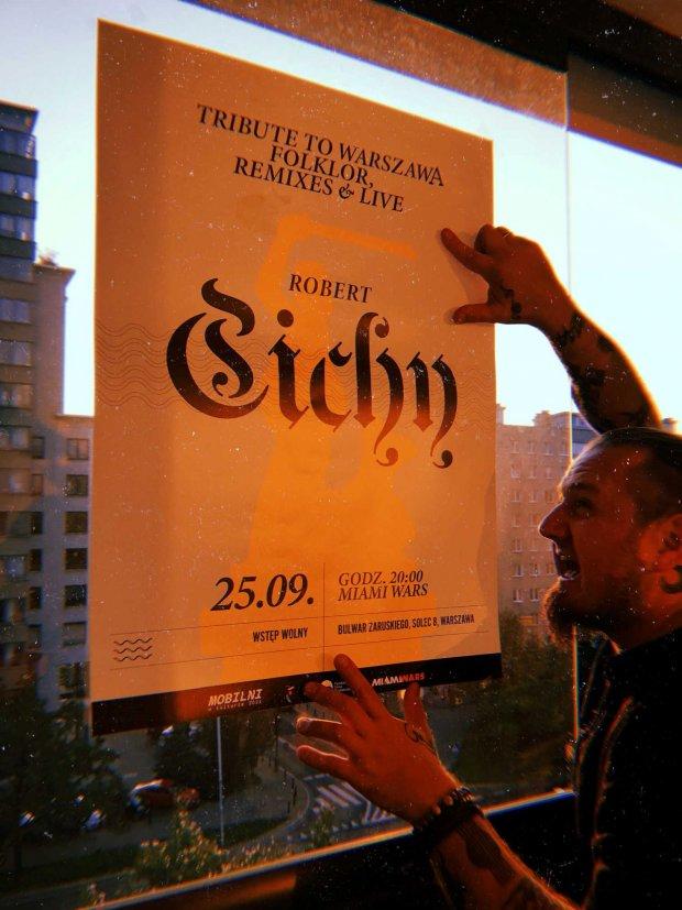Robert Cichy z plakatem
