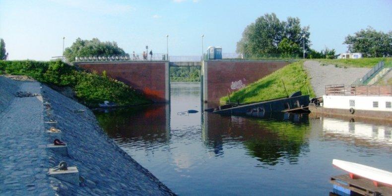 Barka kilka dni po zatonięciu w Porcie Czerniakowskim. Lipiec 2013