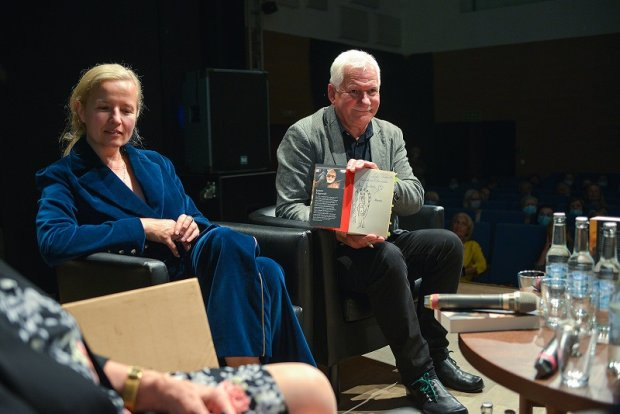 Lech Majewski prezentuje exlibris Obok Hanna Grudzińska