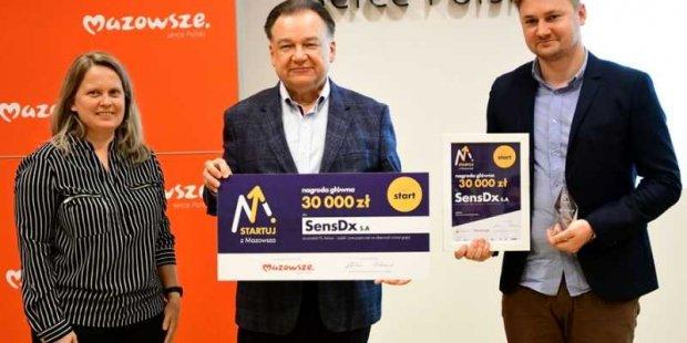 Marszałek Adam Struzik wręcza nagrodę firmie SensDx S.A.